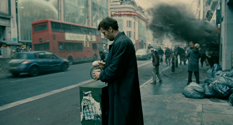 Clive Owen in Children of Men (dir. Alfonso Cuarón, 2006)